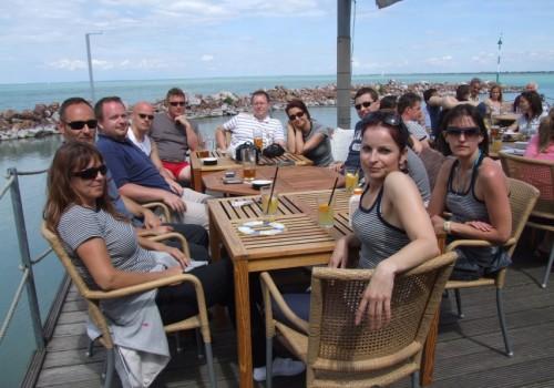 vitorlás csapatépítés, ebéd a tihanyi kikötőben