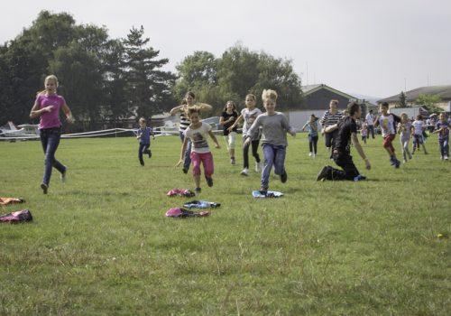 családi repülőnap. futás az ejtőernyőkért