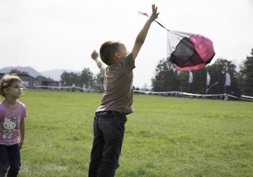gyermekprogramok, ejtőernyős játék